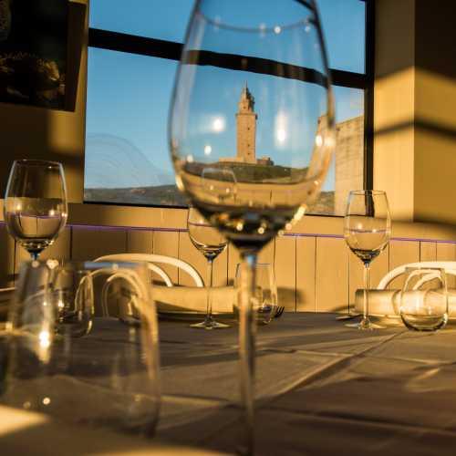 Entre la Torre y el mar se encuentra el Restaurante Finisterrae, Casa de los Peces