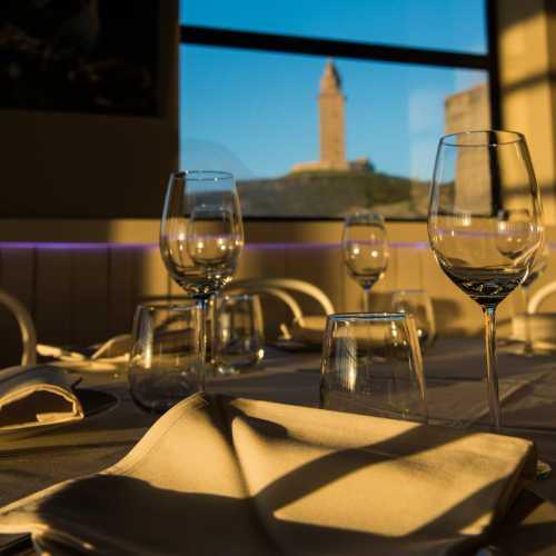 Una exquisita comida con la compañía añadida del mar y la Torre